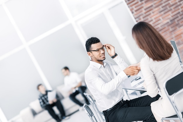Aperto de mão entre o gerente e o cliente no escritório do banco