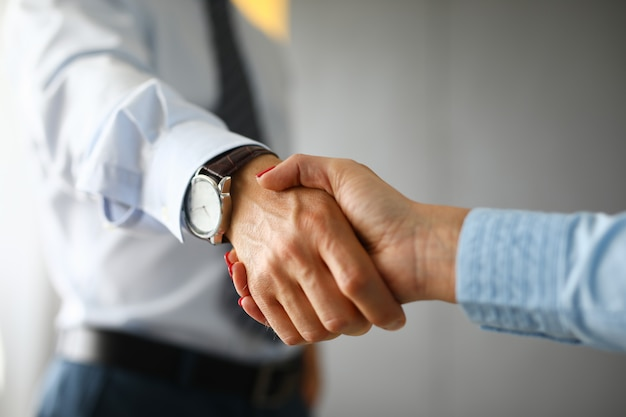 Aperto de mão entre um homem e uma mulher no escritório