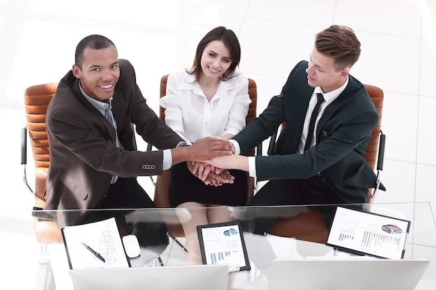 Aperto de mão final dos parceiros de negócios no escritório