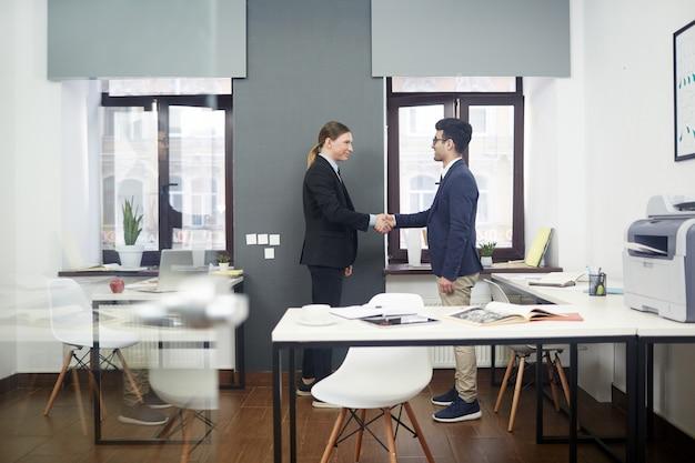 Aperto de mão firme de parceiros de negócios
