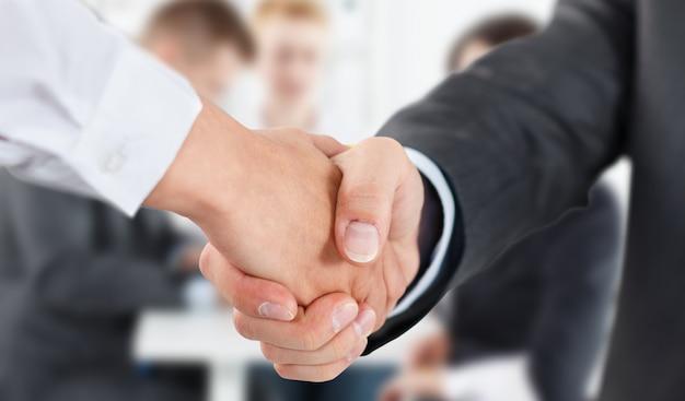 Aperto de mão masculino e feminino no escritório