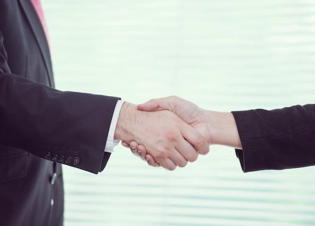 Aperto de mão para lidar com pessoas de negócios e executivos