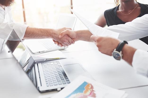 Aperto de mão significa contrato de sucesso entre empresas