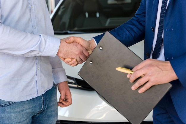 Apertos de mão sobre oferta de compra de carro de perto
