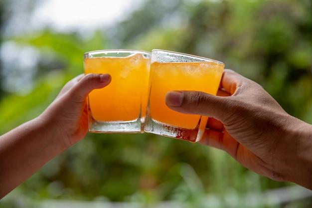 Apertos de suco de laranja em fundo natural