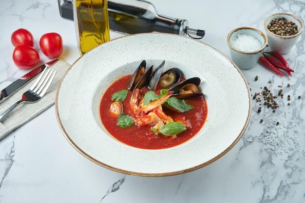 Apetitosa sopa espanhola de tomate com frutos do mar