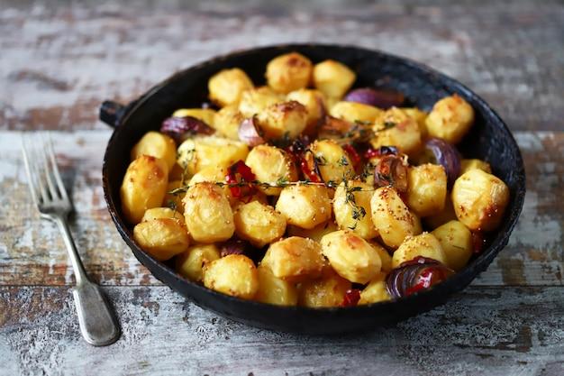 Apetitosas batatas assadas inteiras em uma panela.