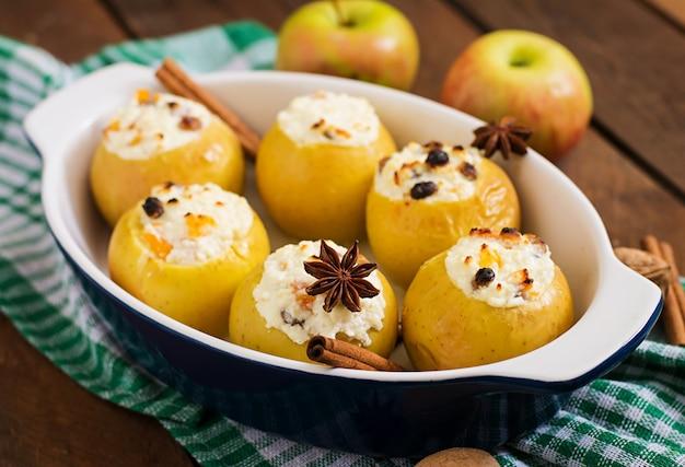 Apetitosas maçãs assadas com requeijão e passas
