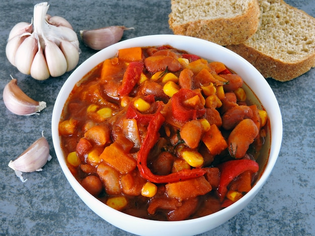 Apetitoso feijão com legumes e estilo mexicano.