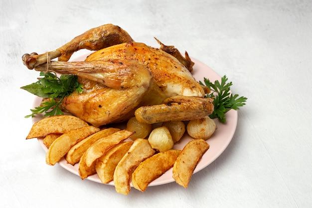 Apetitoso frango assado com alho batatas e cebolas