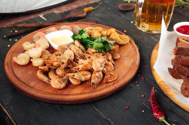 Apetitoso lanche cerveja camarões com molho