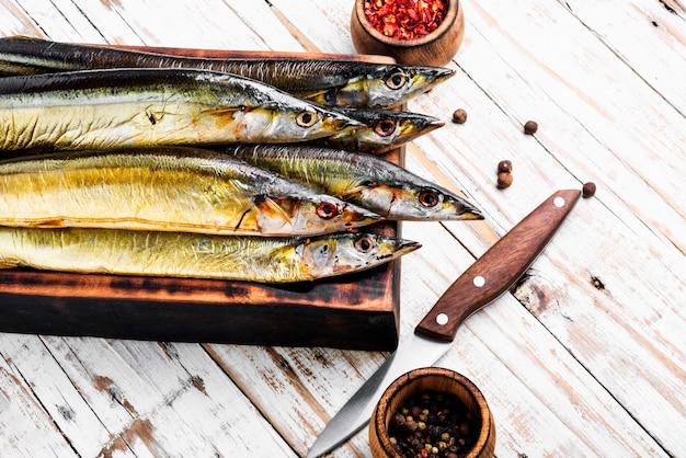 Apetitoso peixe defumado