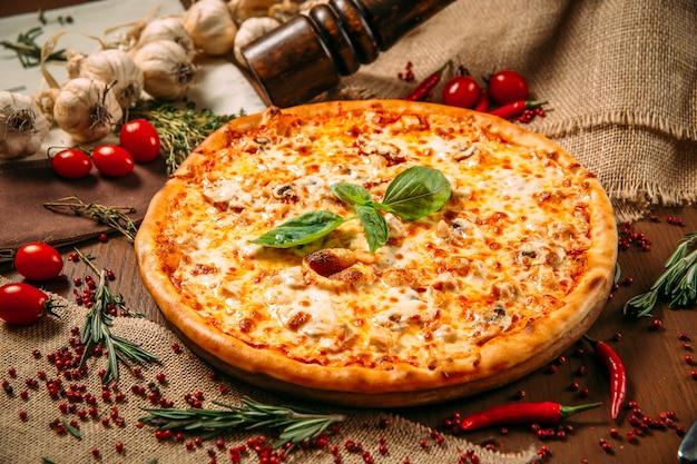 Apetitoso queijo e cogumelos italianos quentes de pizza