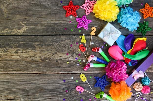 Apitos, balões presentes, velas, decoração.
