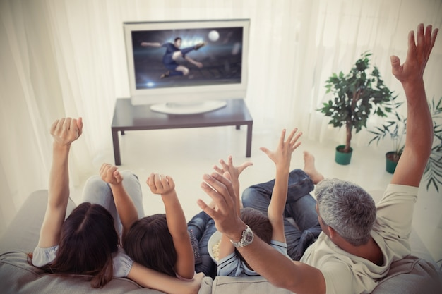 Aplausos familiares e assistindo a copa do mundo em casa