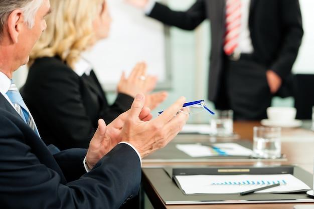 Aplausos para uma apresentação em reunião
