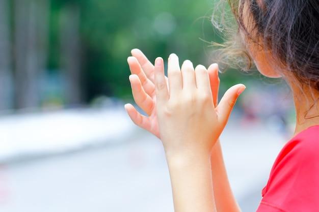Aplausos young girl por adeptos como atinge a linha de chegada de uma corrida em execução