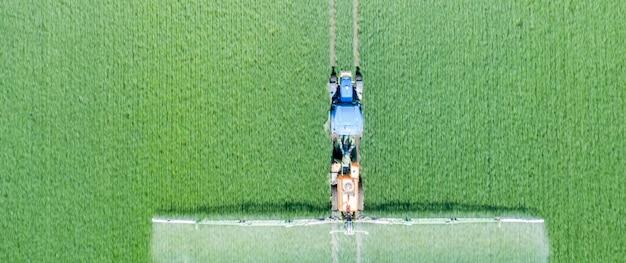 Aplicação de fertilizantes solúveis em água, pesticidas ou herbicidas no campo. vista do drone.