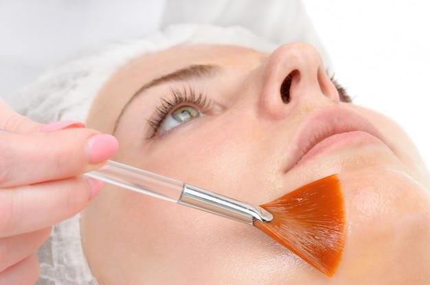 Aplicação de máscara de peeling facial