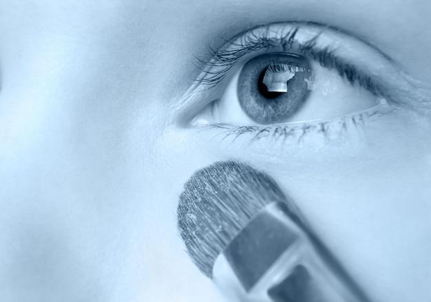 Aplicação de pó com pincel especial, foco seletivo, versão azul