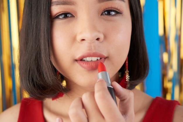 Aplicando maquiagem
