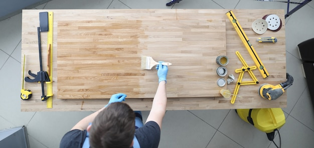Aplicar preservativo de madeira com pincel no local de trabalho