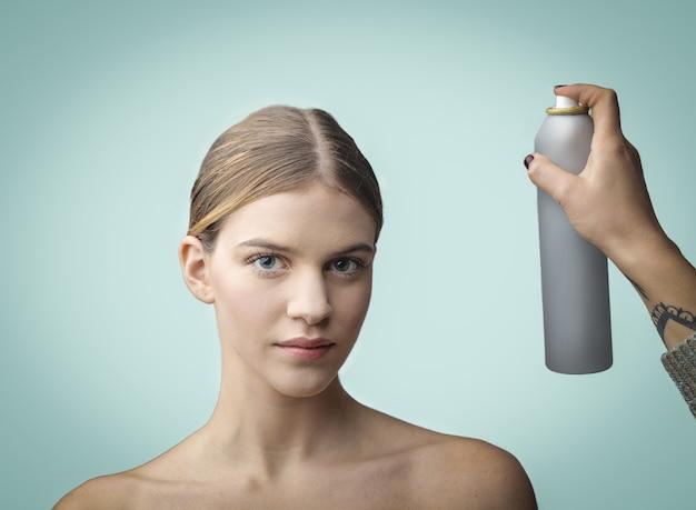 Aplicar spray de cabelo