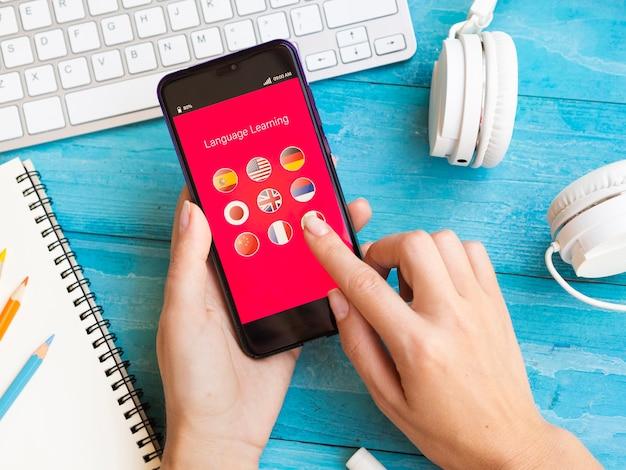 Aplicativo de alto ângulo para aprender um novo idioma no telefone