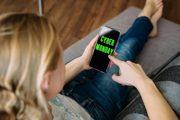 Aplicativo de compras da cyber monday na tela do celular. compras seguras em casa durante a quarentena.