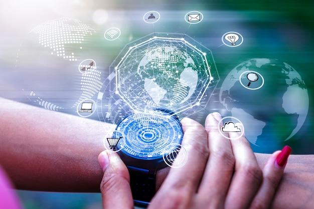 Aplicativo de ícones de holograma digital na tela do relógio de mão. tecnologia de rede sem fio.