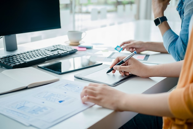 Aplicativo de planejamento de creative web designer e desenvolvimento de template de layout, framework para celular. conceito de experiência do usuário (ux).