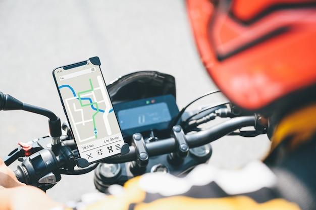 Aplicativo gps em um smartphone instalado no guidão da motocicleta para o navegador