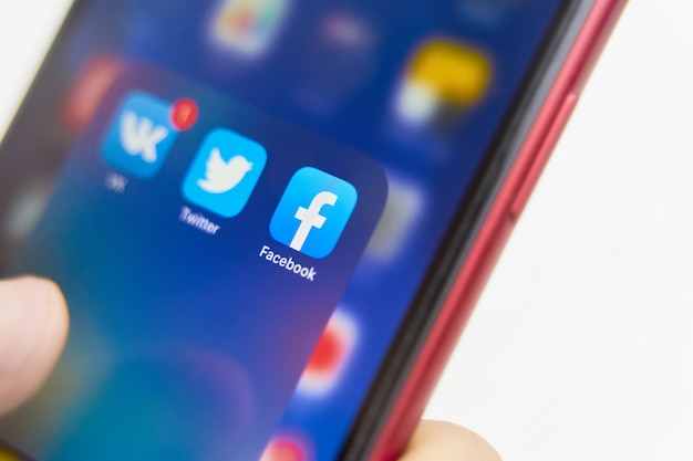 Aplicativos de mídia social na tela do smartphone: logotipos do facebook, twitter e vk