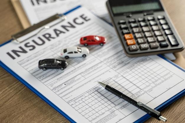 Apólice de proteção contra acidentes de carro e seguro de carro examinando seguro