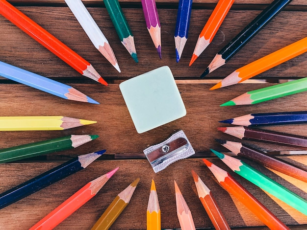 Apontador de lápis colorido na mesa de madeira