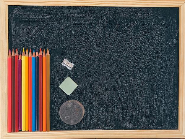Apontador de lápis colorido no quadro-negro