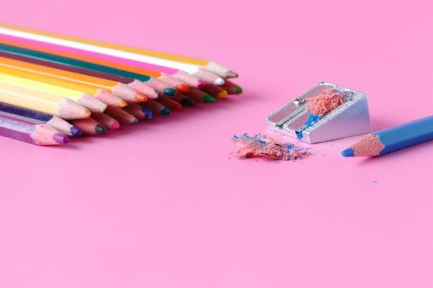 Apontador de lápis com lápis de cor