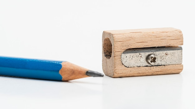 Apontador de lápis de madeira com lápis azul