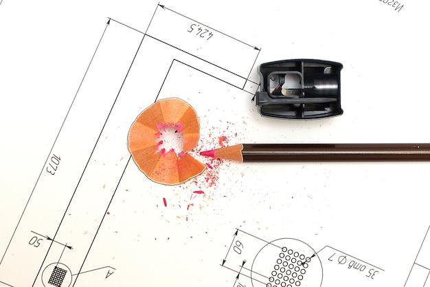Apontador, lápis e plantas para os desenhos de um arquiteto