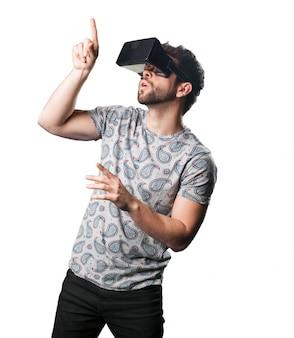 Apontar do homem com óculos de realidade virtual