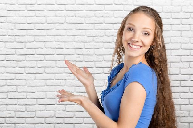 Apontar elegante da jovem mulher
