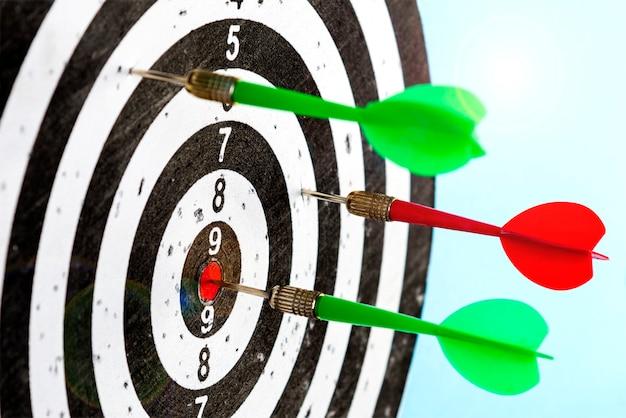 Aponte com flechas no centro. atinja o alvo