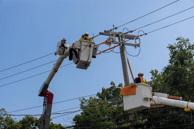 Após o furacão de serviços, os homens que trabalham nas linhas de energia elétrica suportam o manuseio de danos