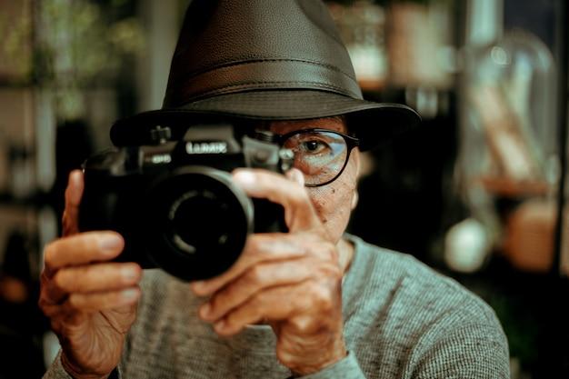 Aposentadoria de velho homem asiático senoir fazendo foto