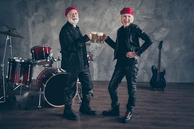 Aposentados em tamanho grande duas pessoas amigos senhora homem grupo de rock bebem cerveja