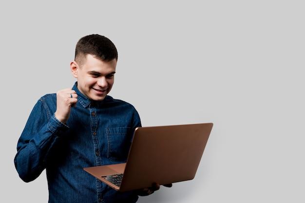 Aposta vencedora no casino online. homem feliz com laptop ganha um prêmio. estilo de vida luxuoso.