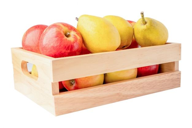 Apple e pera frutificam no isolado da caixa de madeira no fundo branco com trajeto de grampeamento.