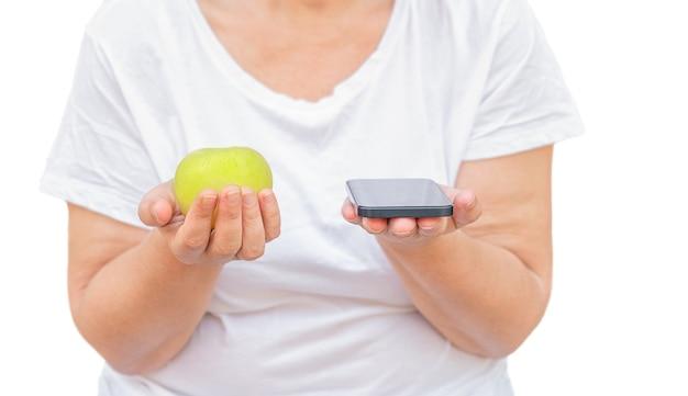 Apple e telefone nas mãos dos alunos, isolados no fundo branco