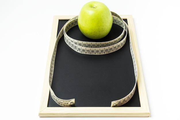 Apple rodeada por uma fita métrica