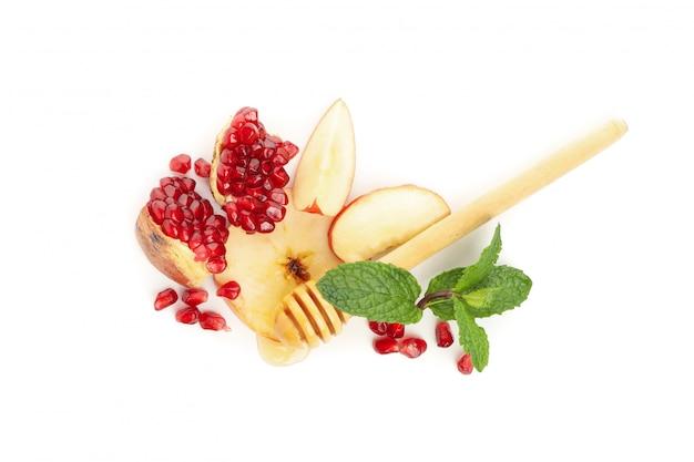 Apple, romã e mel isolados no branco. tratamento natural